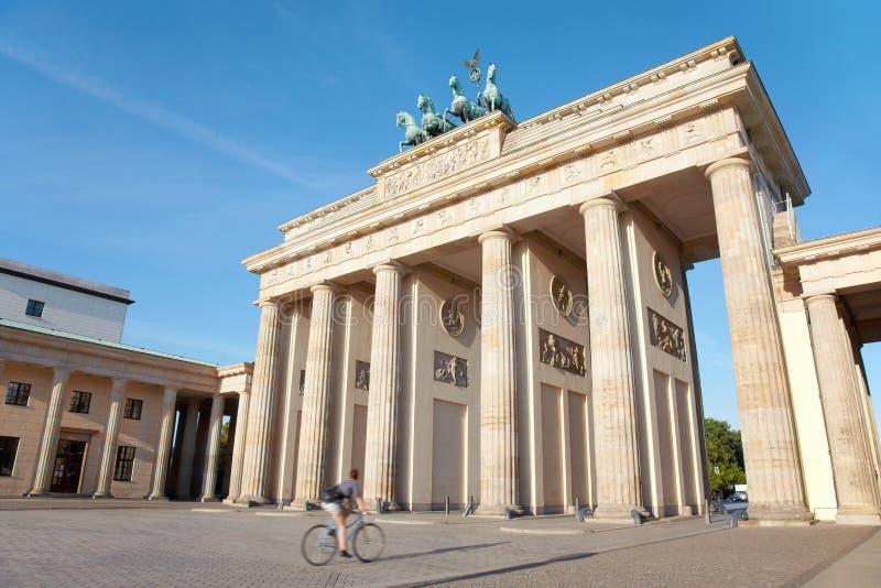 Πύλη του Βραδεμβούργου και ποδήλατο, Βερολίνο στοκ φωτογραφία