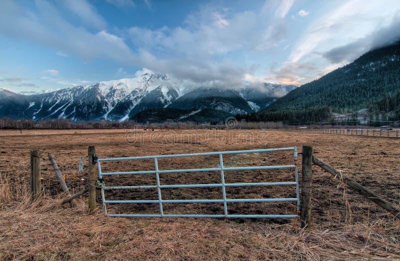 Πύλη φραγών με τα χιονώδη βουνά στοκ εικόνα