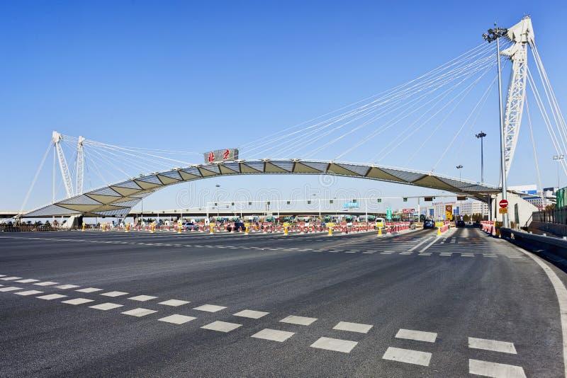 Πύλη φόρου στην οδό ταχείας κυκλοφορίας στο Πεκίνο στοκ εικόνα