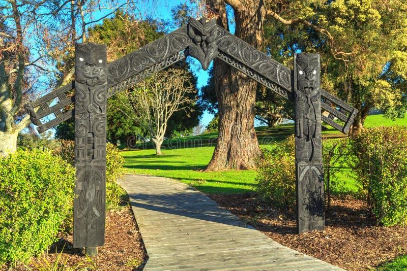 Πύλη PA, Tauranga, Νέα Ζηλανδία Πύλη με τις Maori γλυπτικές στοκ εικόνα