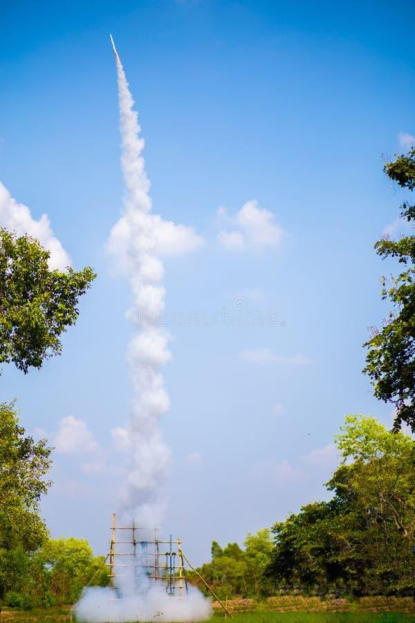 Πύραυλος που απογειώνεται στον ουρανό Το φεστιβάλ Ταϊλάνδη πυραύλων στοκ φωτογραφία με δικαίωμα ελεύθερης χρήσης
