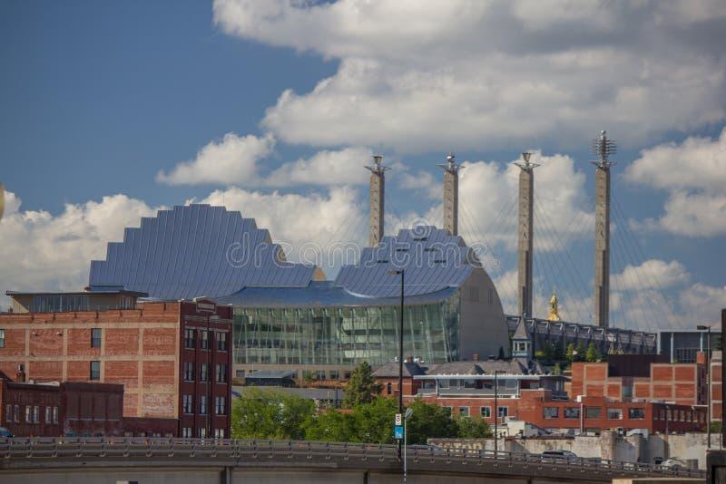 Πύργοι αιθουσών Bartle πίσω από το κέντρο Kauffman για τις τέχνες προς θέαση στοκ φωτογραφία