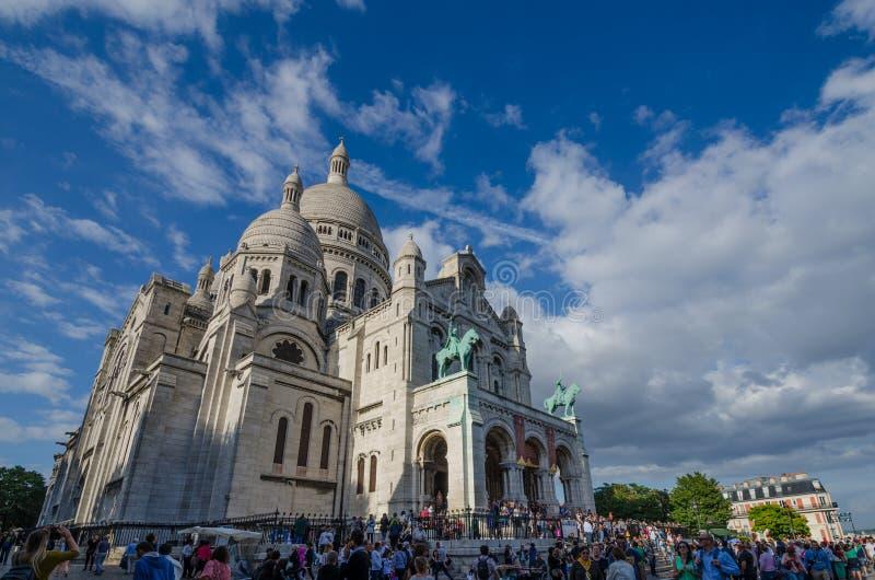 Πύργοι βασιλικών sacre-Coeur πέρα από τους ανθρώπους που επισκέπτονται το δημοφιλή τουριστικό χώρο στοκ φωτογραφία με δικαίωμα ελεύθερης χρήσης