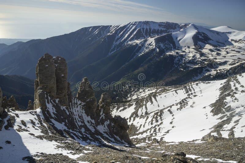 Πύργοι βράχου κάτω από την αιχμή Mytikas στοκ φωτογραφία με δικαίωμα ελεύθερης χρήσης
