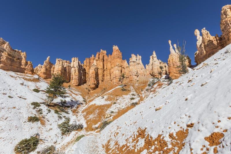 Πύργοι και χιόνι Hoodoo στο εθνικό πάρκο φαραγγιών του Bryce στοκ φωτογραφίες με δικαίωμα ελεύθερης χρήσης