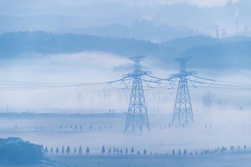 Πύργοι μετάδοσης δύναμης στην ομίχλη πρωινού στοκ φωτογραφίες με δικαίωμα ελεύθερης χρήσης
