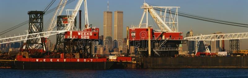 Πύργοι παγκόσμιου εμπορίου μέσω των βιομηχανικών γερανών στοκ εικόνες με δικαίωμα ελεύθερης χρήσης