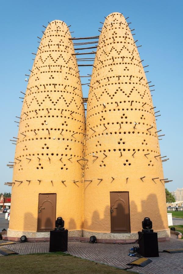 Πύργοι πουλιών στο πολιτιστικό χωριό Katara σε Doha, Κατάρ στοκ εικόνα