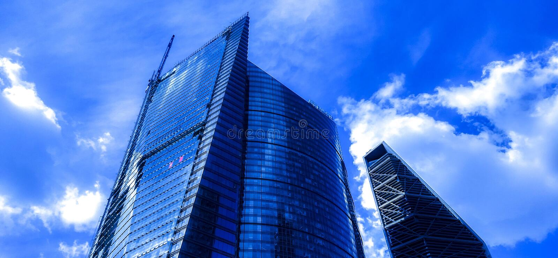 Πύργοι που κοιτάζουν επίμονα στον ουρανό στοκ φωτογραφία με δικαίωμα ελεύθερης χρήσης