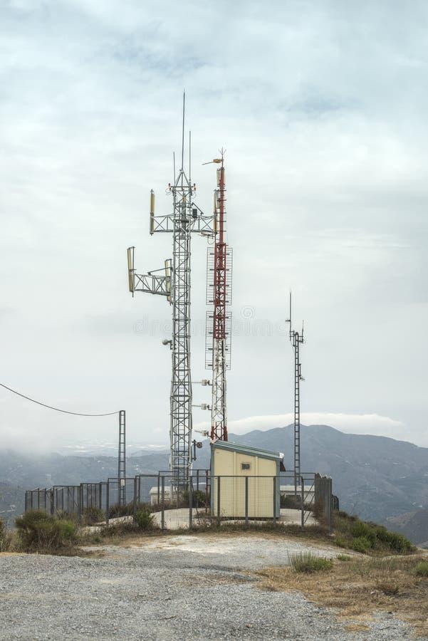 Πύργοι τηλεπικοινωνιών (GSM) με τις κεραίες TV στοκ εικόνα με δικαίωμα ελεύθερης χρήσης