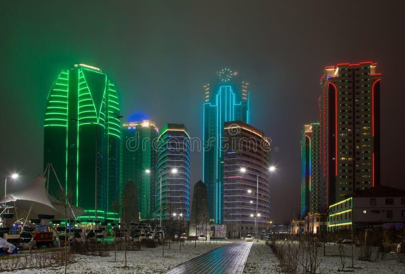 Πύργοι της πόλης του Γκρόζνυ το βράδυ σε μια ομίχλη στοκ εικόνες