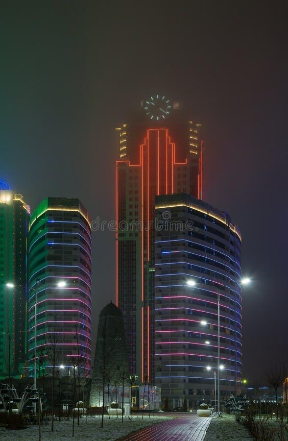 Πύργοι της πόλης του Γκρόζνυ το βράδυ σε μια ομίχλη στοκ εικόνα με δικαίωμα ελεύθερης χρήσης