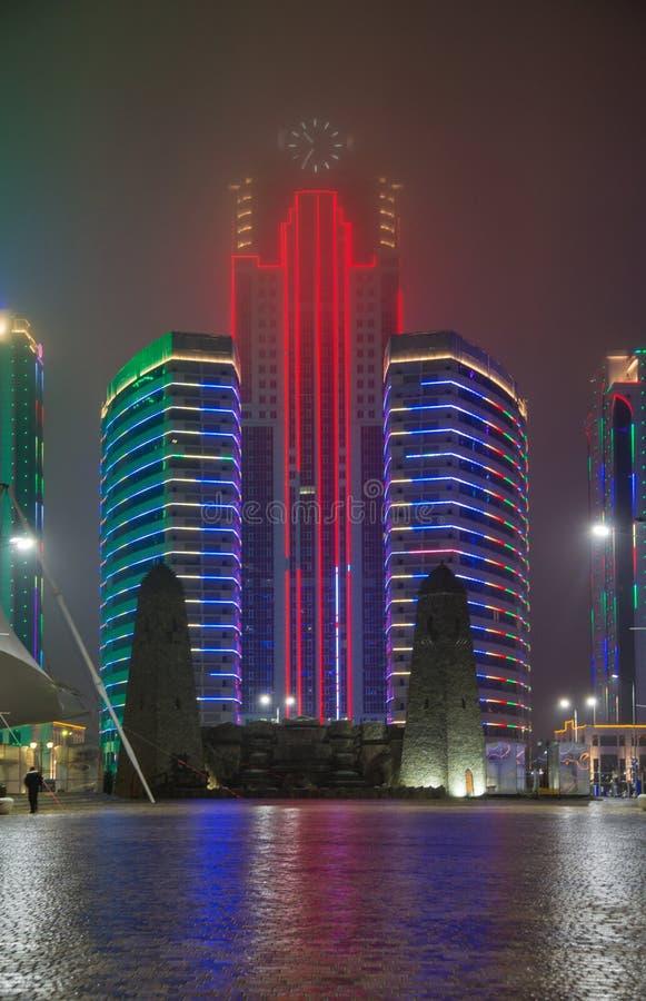 Πύργοι της πόλης του Γκρόζνυ το βράδυ σε μια ομίχλη στοκ φωτογραφίες με δικαίωμα ελεύθερης χρήσης