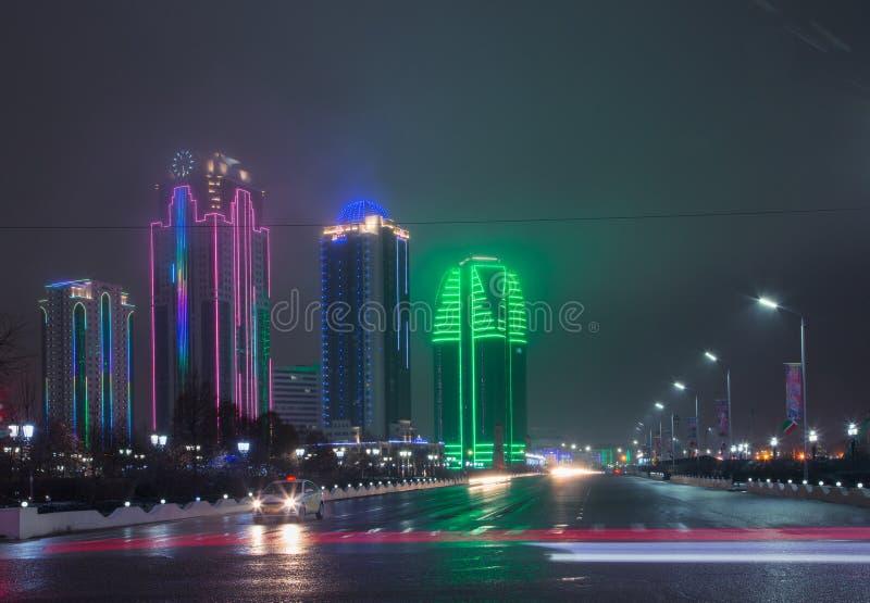 Πύργοι της πόλης του Γκρόζνυ το βράδυ σε μια ομίχλη στοκ φωτογραφία με δικαίωμα ελεύθερης χρήσης