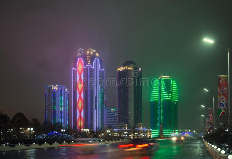 Πύργοι της πόλης του Γκρόζνυ το βράδυ σε μια ομίχλη στοκ εικόνα