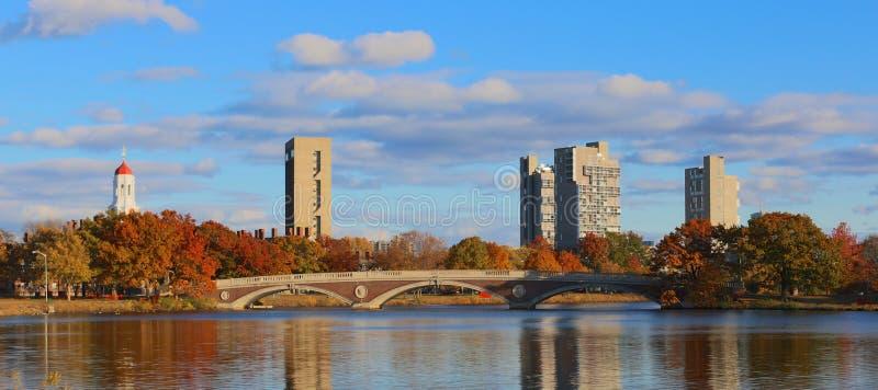 Πύργοι του Χάρβαρντ πέρα από το Charles στοκ φωτογραφία