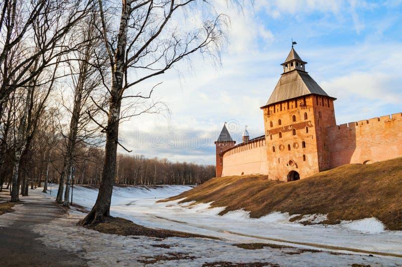 Πύργοι φρουρίων Novgorod Κρεμλίνο Veliky το χειμερινό ηλιόλουστο βράδυ σε Velik στοκ φωτογραφία με δικαίωμα ελεύθερης χρήσης