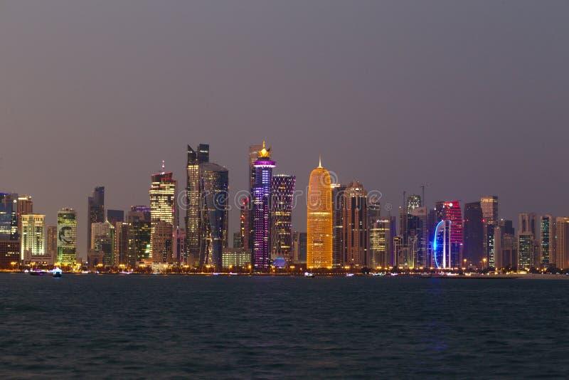 Πύργοι Doha με το πορτρέτο εμίρηδων στοκ φωτογραφία με δικαίωμα ελεύθερης χρήσης