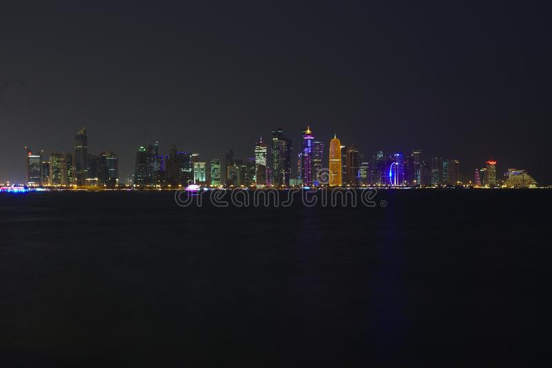 Πύργοι Doha τη νύχτα κατά τη διάρκεια της κρίσης του 2017 στοκ εικόνες