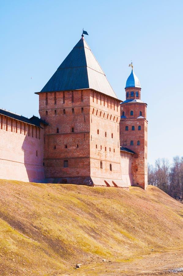 Πύργοι Novgorod Κρεμλίνο Veliky σε Veliky Novgorod, Ρωσία, ηλιόλουστη άποψη στοκ φωτογραφίες με δικαίωμα ελεύθερης χρήσης