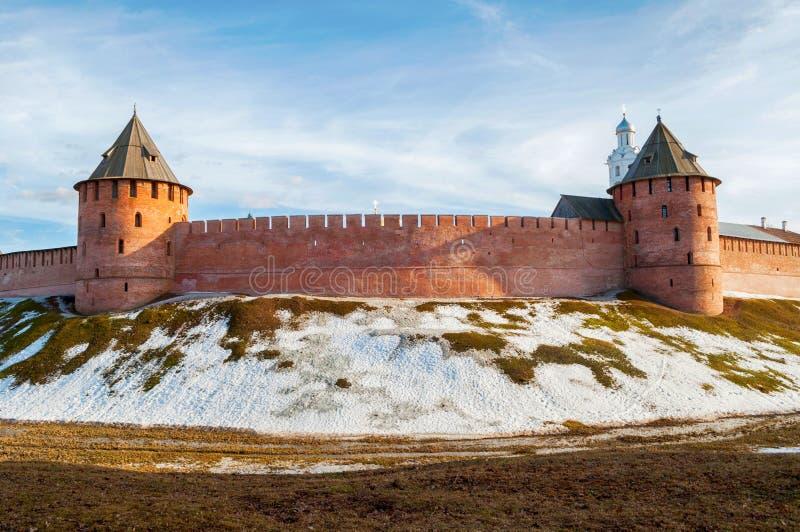 Πύργοι Novgorod Κρεμλίνο Veliky σε Veliky Novgorod, Ρωσία, πανοραμική ηλιόλουστη άπο στοκ φωτογραφία