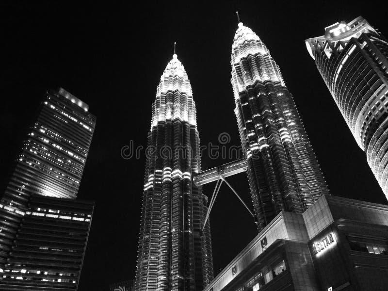 Πύργοι Petrona τη νύχτα στοκ εικόνες