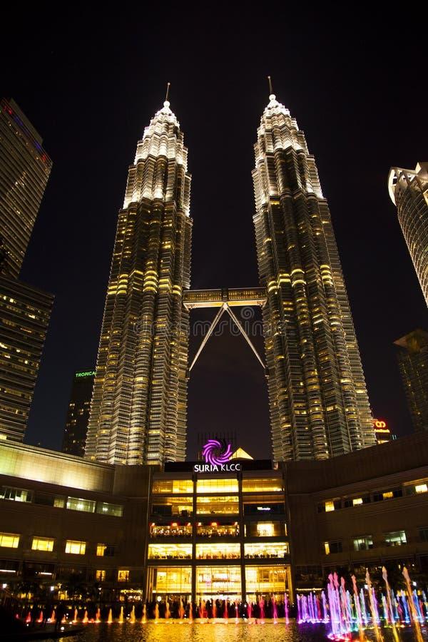 Πύργοι Petronas νύχτας και λεωφόρος αγορών Suria, Κουάλα Λουμπούρ στοκ εικόνα