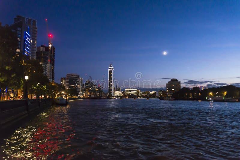 Πύργος αποβαθρών του Τάμεση και του ST George τη νύχτα, Λονδίνο, Αγγλία, UK στοκ φωτογραφία