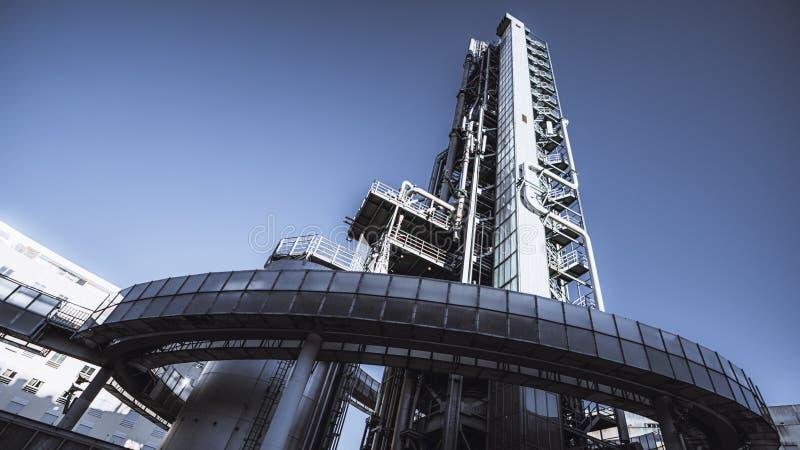 Πύργος διυλιστηρίων πετρελαίου, ευρεία γωνία στοκ εικόνες
