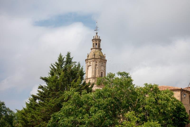 Πύργος εκκλησιών και κουδουνιών Villamayor στο δρόμο στο Σαντιάγο στοκ εικόνες με δικαίωμα ελεύθερης χρήσης