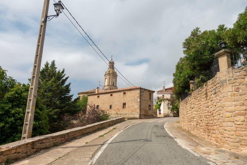 Πύργος εκκλησιών και κουδουνιών Villamayor στο δρόμο στο Σαντιάγο στοκ εικόνες