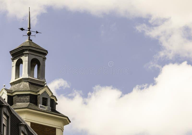 Πύργος εκκλησιών με το weathervane και μπλε ουρανός με τα σύννεφα στοκ φωτογραφία