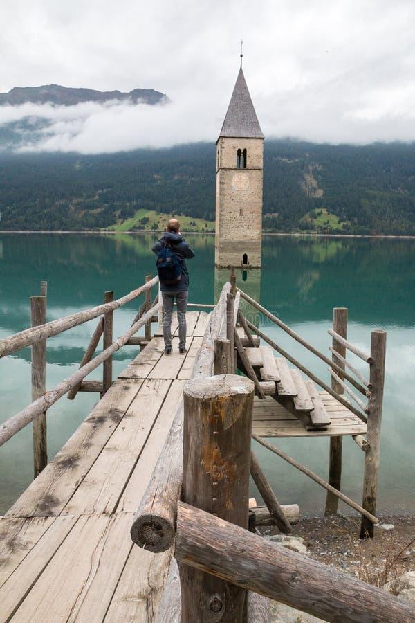 Πύργος εκκλησιών Lago Di Resia σε Curon Venosta στοκ φωτογραφία με δικαίωμα ελεύθερης χρήσης