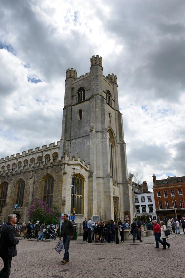 Πύργος εκκλησιών κολλεγίου βασιλιάδων κάτω από το νεφελώδη ουρανό στοκ εικόνες