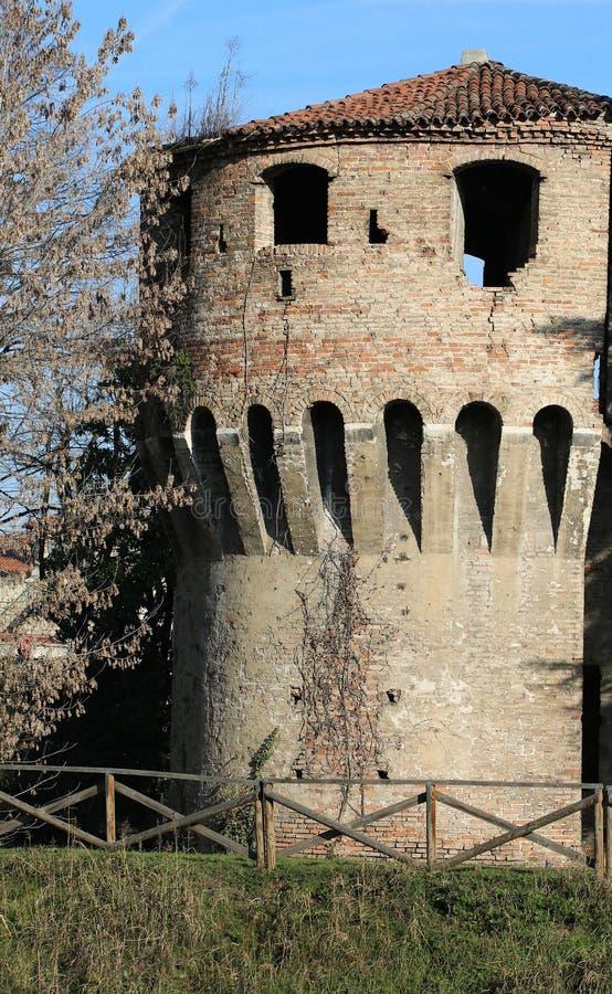 Πύργος ενός μεσαιωνικού κάστρου σε μια ιταλική πόλη στοκ εικόνες