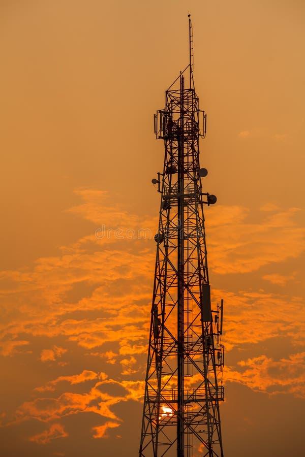 Πύργος επικοινωνίας κατά τη διάρκεια του ηλιοβασιλέματος στοκ εικόνες