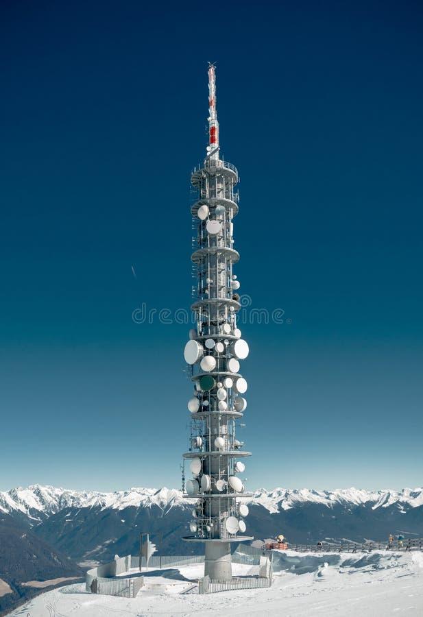 Πύργος επικοινωνιών σε ένα υψηλό χιονώδες βουνό στοκ εικόνα με δικαίωμα ελεύθερης χρήσης