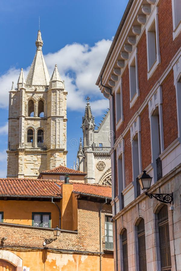 Πύργος καθεδρικών ναών και ζωηρόχρωμα σπίτια στο Leon στοκ φωτογραφίες με δικαίωμα ελεύθερης χρήσης
