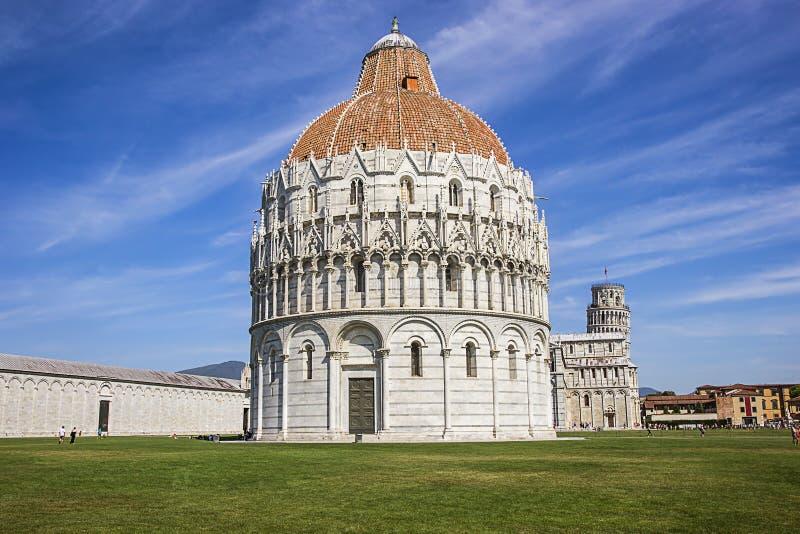 Πύργος και βαπτιστήριο της Πίζας κλίνοντας στην Ιταλία στο καλοκαίρι στοκ εικόνες με δικαίωμα ελεύθερης χρήσης