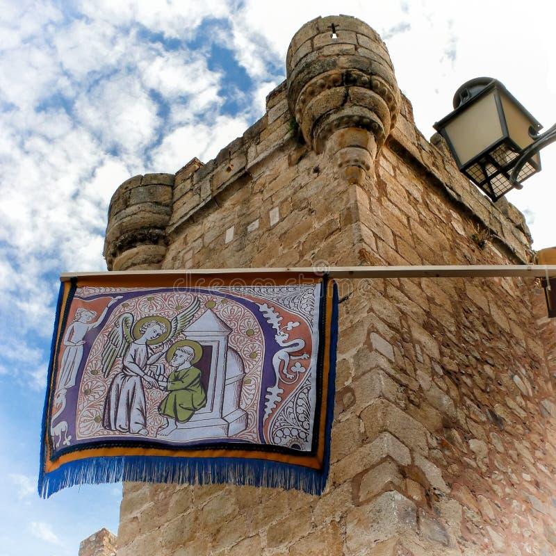 Πύργος και σημαιάκι σε Caceres (Ισπανία) στοκ φωτογραφίες