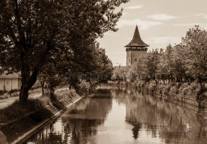 Πύργος κοντά στο κανάλι, σέπια, Targu Mures, Ρουμανία στοκ φωτογραφία