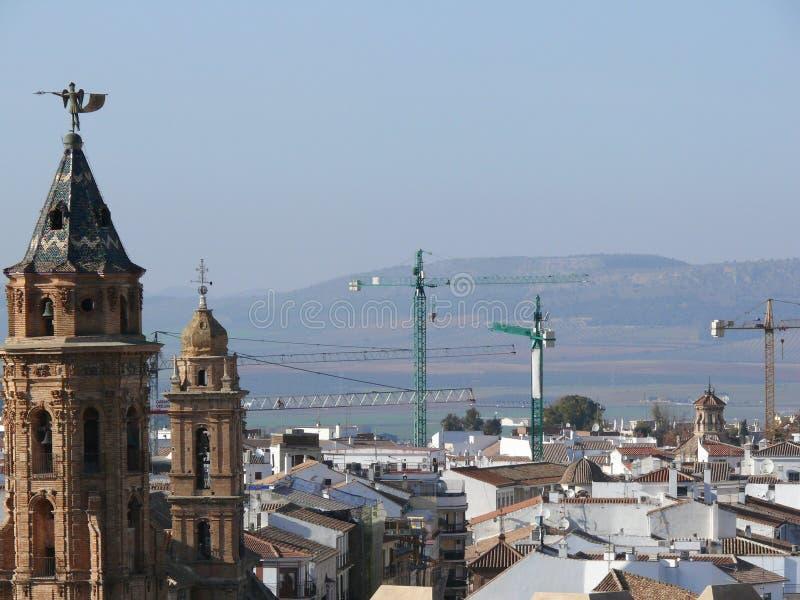 Πύργος κουδουνιών εκκλησιών και γερανός εργοτάξιων οικοδομής στοκ φωτογραφία με δικαίωμα ελεύθερης χρήσης