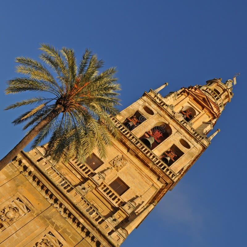 Πύργος κουδουνιών και προηγούμενος μιναρές Mezquita, Catedral de Κόρδοβα στοκ φωτογραφία