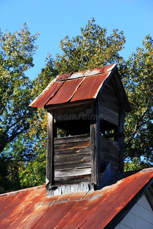 Πύργος κουδουνιών στην εκκλησία Roofed κασσίτερου στοκ εικόνες με δικαίωμα ελεύθερης χρήσης