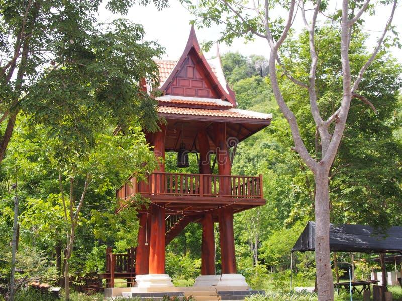 Πύργος κουδουνιών στο ταϊλανδικό munee Tham ναών ζουγκλών στοκ φωτογραφία με δικαίωμα ελεύθερης χρήσης
