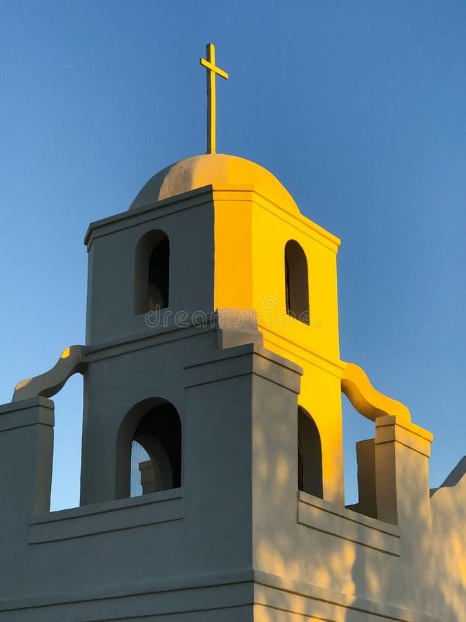 Πύργος κουδουνιών αποστολής με το σταυρό στοκ φωτογραφία