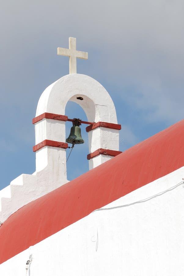 Πύργος κουδουνιών και σταυρός της εκκλησίας στοκ εικόνες