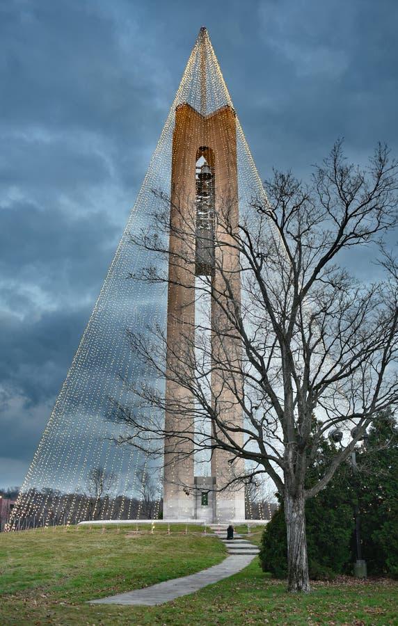 Πύργος κουδουνιών κωδωνοστοιχιών με τα φω'τα Χριστουγέννων στο λυκόφως, HDR στοκ εικόνες