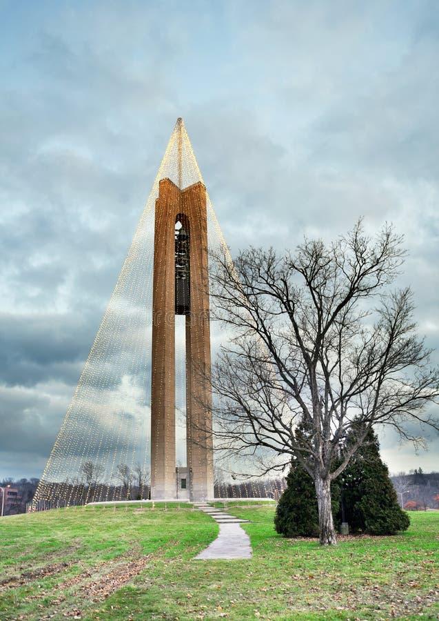 Πύργος κουδουνιών κωδωνοστοιχιών με τα φω'τα Χριστουγέννων, HDR στοκ φωτογραφίες