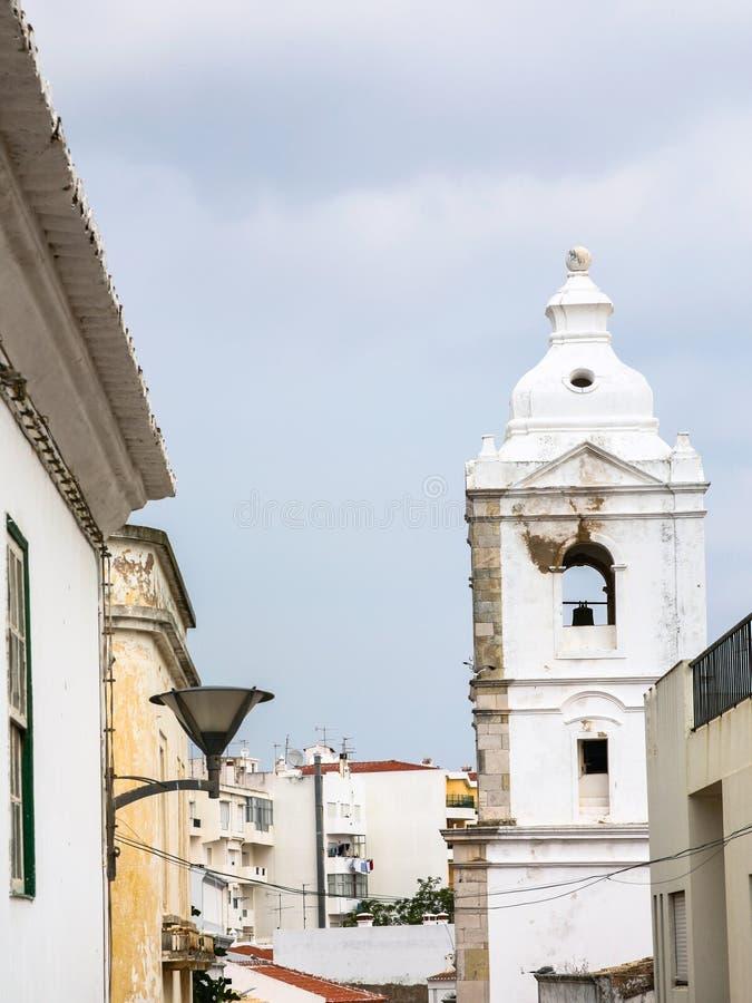 Πύργος κουδουνιών της εκκλησίας στην πόλη του Λάγκος Πορτογαλία στοκ εικόνα